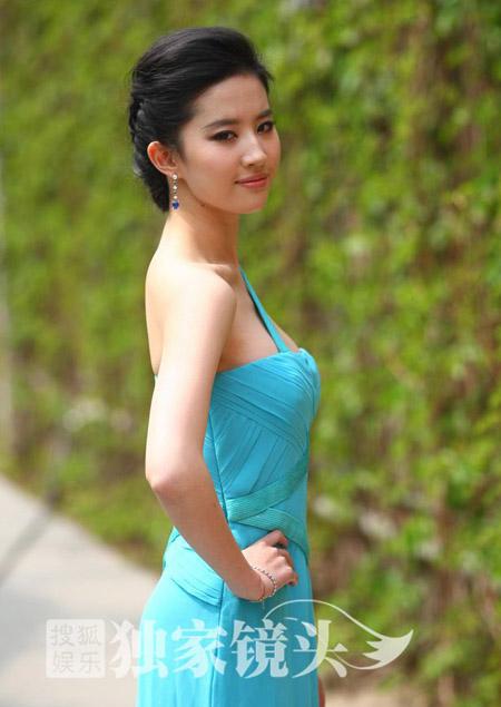 Lưu Diệc Phi với gu thời trang khoe vai gợi cảm
