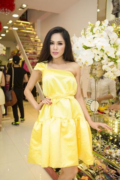 Victoria Phương Nguyễn trẻ trung đi sự kiện