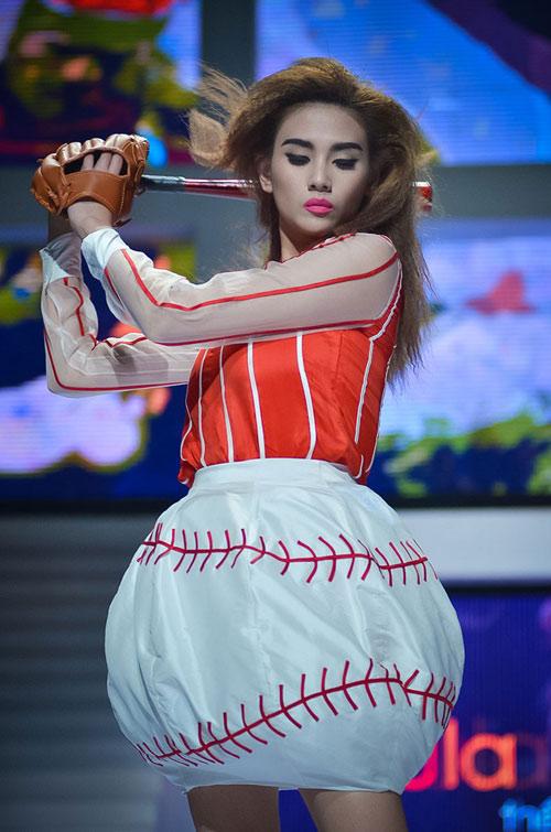 """Hoa hậu """"đọ"""" Á hậu trong váy áo... cầu thủ"""