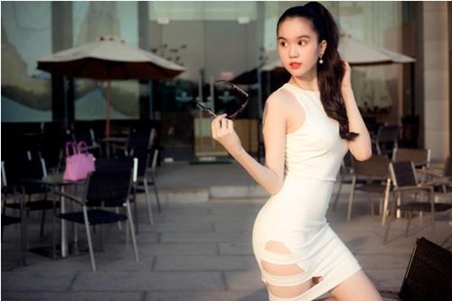 Ngắm Ngọc Trinh khoe chân thon với váy xẻ