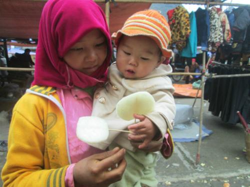 Ngày lạnh ăn bánh lơ khoái ở chợ phiên Sà Phìn