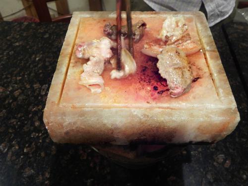 Thịt nướng trên đá muối Himalaya ở Sài Gòn khiến thực khách thèm 'nhỏ dãi'