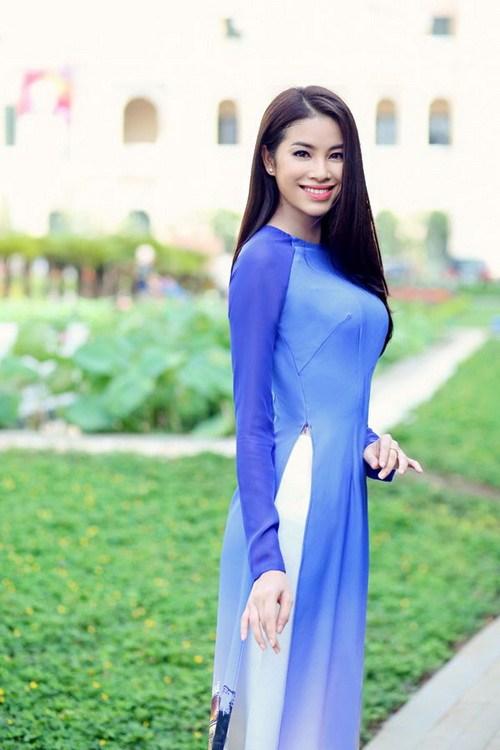 HH Phạm Hương duyên dáng với áo dài in phong cảnh Sài Gòn