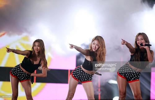 """Ca sĩ Hàn """"nóng rẫy"""" với váy cực ngắn, quần 5cm"""