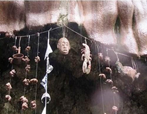 Kỳ lạ hang động biến mọi thứ thành đá
