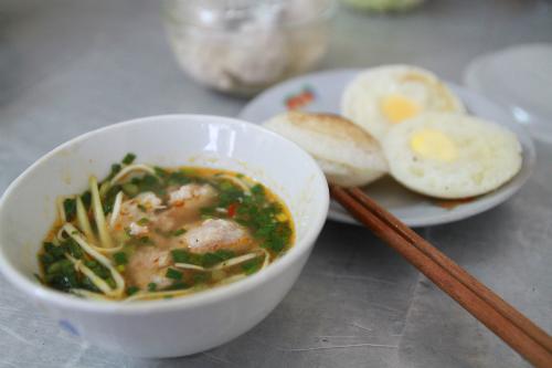 Quán bánh căn nhỏ chỉ mở buổi sáng ở Nha Trang