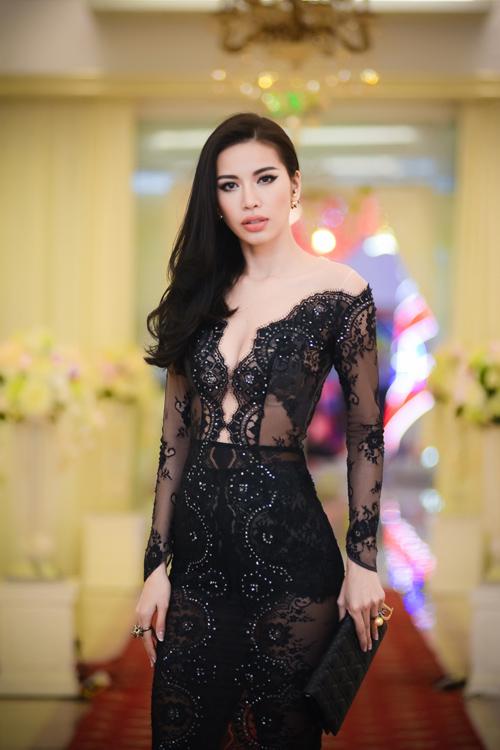 Minh Tú đẹp hút hồn với váy cổ V mỏng tang
