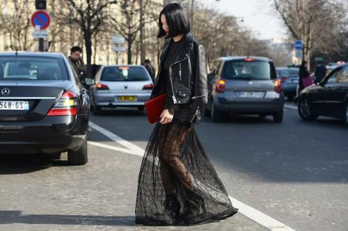 Diện váy ren ra phố ngày đông tại sao không ?