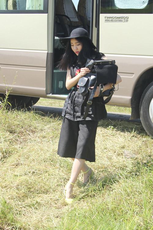 Hotgirl Project Runway hóa thôn nữ trên cánh đồng