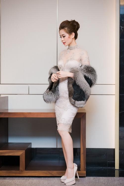 Á hậu Diễm Trang khoe vẻ đẹp sang trọng thu hút mọi ánh nhìn