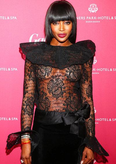 Naomi Campbell mặc áo ren xuyên thấu khoe vòng một