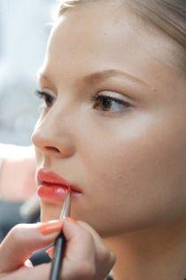 Mẹo giữ son môi lâu trôi