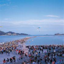 Đến Hàn Quốc xem hiện tượng biển đột ngột tách làm đôi bí ẩn