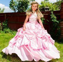 Bé gái 9 tuổi được mẹ đầu tư để thành 'Nữ hoàng sắc đẹp'