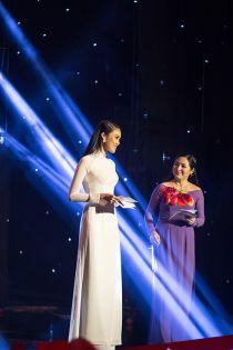 Hoa khôi Lan Khuê diện áo dài trắng muốt làm MC