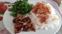 Thưởng thức bánh cuốn chả nướng - món ngon vị Bắc giữa Sài Gòn