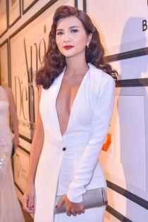 Kim Tuyến, Angela Phương Trinh khoe vòng một với váy xẻ sâu