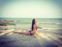 Sao tranh thủ khoe vẻ đẹp 'sexy' khi tập yoga trên biển