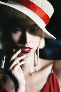 Những kiểu make-up ám ảnh trên sàn diễn thời trang Việt Nam.