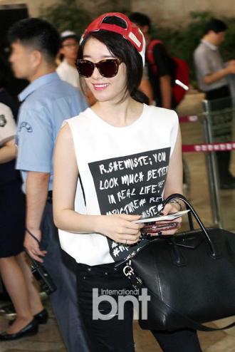 Thời trang sân bay đắt đỏ của sao Hàn