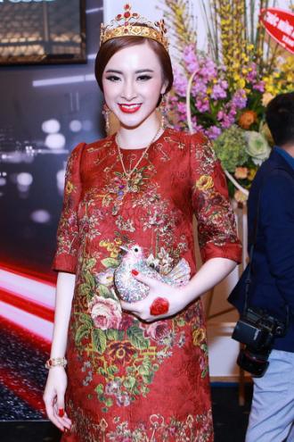 Phương Trinh gây chú ý trên thảm đỏ với trang phục hàng hiệu