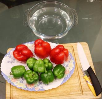Tỉa hoa từ ớt chuông trang trí bàn ăn thêm đẹp