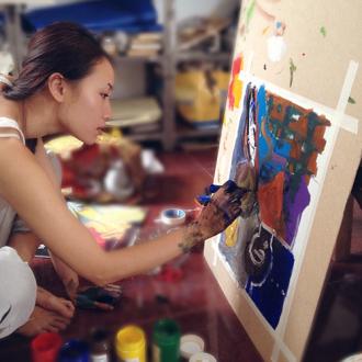 Trang Khiếu trình diễn trang phục in tranh vẽ của chính mình