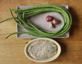 Hướng dẫn làm món đậu đũa cuộn chả cá