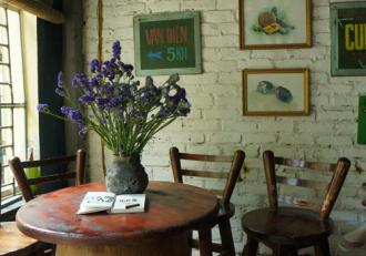 Không gian xưa cũ trong quán cà phê Xí nghiệp