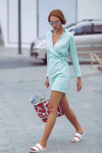 Minh Triệu tung tăng váy ngắn, dép lê xuống phố