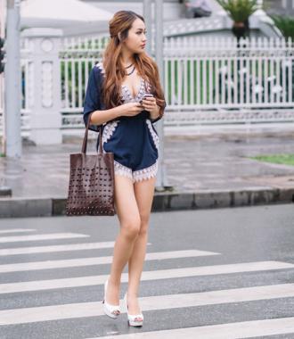 Chân dài 9X mặc áo xẻ sâu, quần siêu ngắn