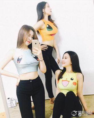 Hội bạn gái Hàn đua nhau sexy với áo hở eo in hình họa