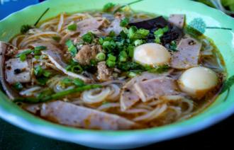 Thưởng thức bún riêu cua ăn với tỏi ở Lý Sơn