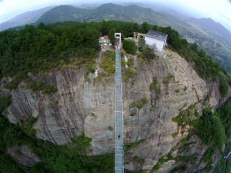 Du khách sợ hãi khi qua cây cầu kính dài nhất thế giới