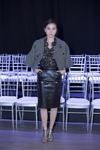 Ngô Thanh Vân mặc kín đáo đi xem thời trang
