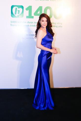 """Trương Ngọc Ánh khiến đàn em """"lu mờ"""" nhờ đầm lệch vai"""