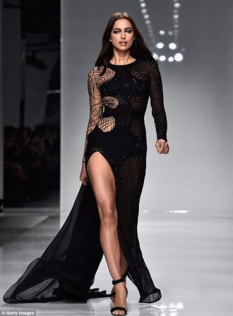 Irina Shayk gợi cảm với váy mạng nhện xuyên thấu