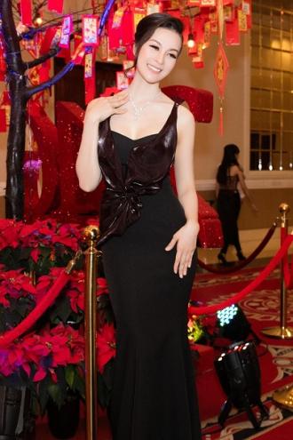 MC Thanh Mai gợi cảm với trang sức kim cương