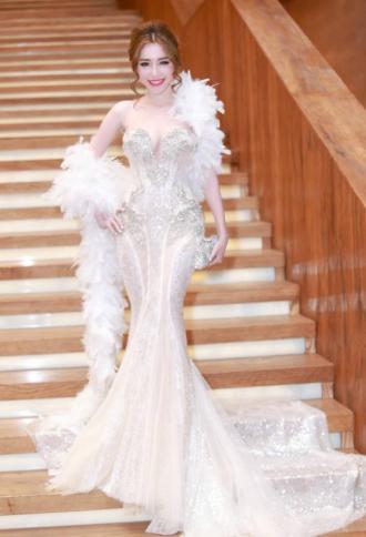 Ngắm những bộ váy khiến bạn không thể tin Elly Trần mới sinh con