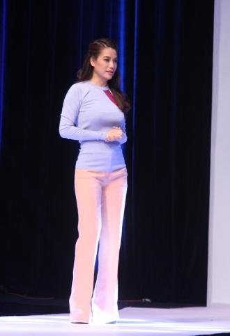 Trương Ngọc Ánh và thời trang nhạt nhòa khi làm Host