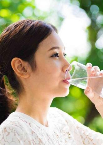 Uống nước ấm ngay khi bước xuống giường để luôn trẻ đẹp