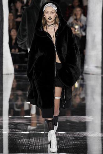Gigi Hadid gợi cảm khi diện đồ của Rihanna