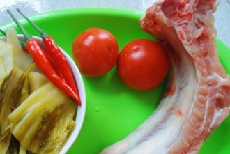 Hướng dẫn làm món sườn sốt dưa chua đậm đà, trôi cơm