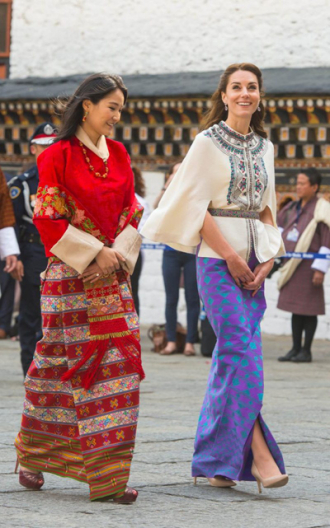 Vải may váy thăm Bhutan của Kate Middleton giá hơn 1.500 USD