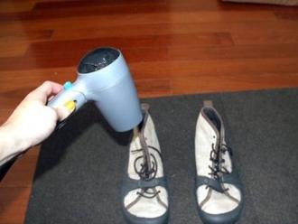 Cách giúp giày không bị ẩm mốc trong mùa mưa này